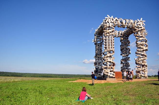 Белые ворота. Николай Полисский. Архстояние 2016. Фотография © Вячеслав Заикин