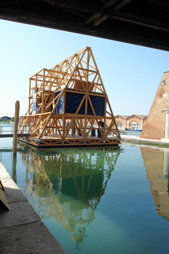 Копия плавучей школы для трущобы Макоко в Лагосе на венецианской биеннале © Нина Фролова