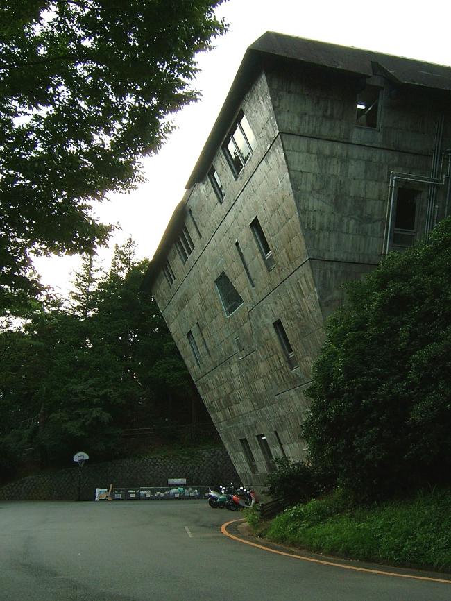 Межвузовский семинарский павильон  по проекту Такамаса Ёсидзака в Хатиодзи, Токио. Фото: Tnk3a. Лицензия CC BY-SA 3.0