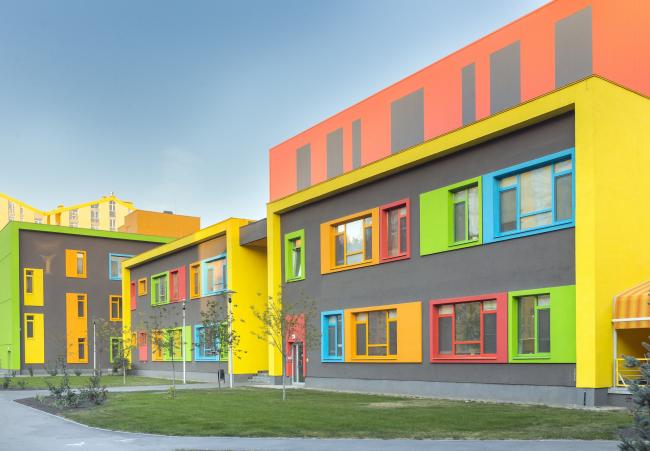 Блок начальной школы в составе учебного комплекса на территории жилого квартала «Комфорт-таун». Постройка, 2014 © Архиматика