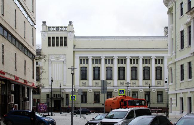 Вид из Настасьинского переулка на здание театра Ленком. Справа – доходный дом Тюляевой. Фотография © Юлия Тарабарина, Архи.ру