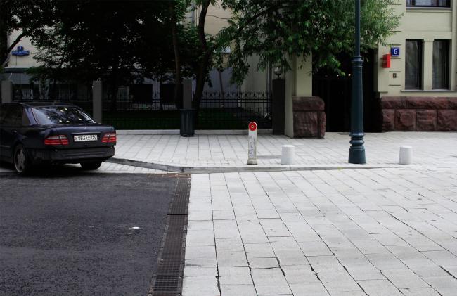 Свежая вымостка на перекрестке Настасьинского переулка и Малой Дмитровки. Фотография © Юлия Тарабарина, Архи.ру, 2016