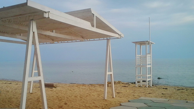 Навес-пергола и вышка спасателей на пляже в Евпатории. Предоставлено Алексеем Комовым, 2016