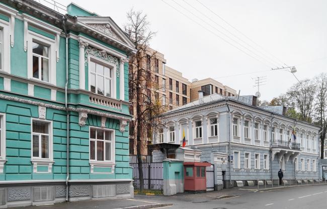 Гороховский переулок, вид с востока. Слева особняк крестьянина Морозова, справа посольство Эквадора, в центре клубный дом Гороховский′12. Фотография © Юлия Тарабарина, Архи.ру