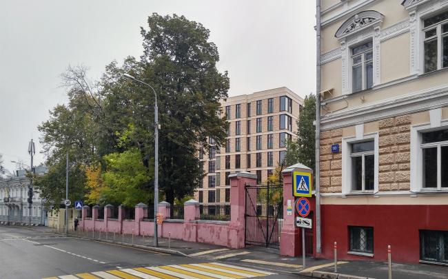 Гороховский переулок, вид с запада. Слева посольство Эквадора, справа бывшая гимназия фон Дервиз, школа Карбышева. В центре клубный дом Гороховский′12. Фотография © Юлия Тарабарина, Архи.ру