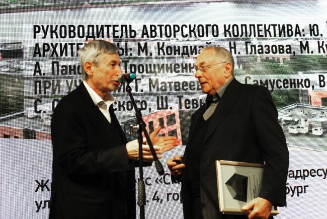 Виктор Логвинов вручает золотой диплом Юрию Земцову. Фотография © Алла Павликова