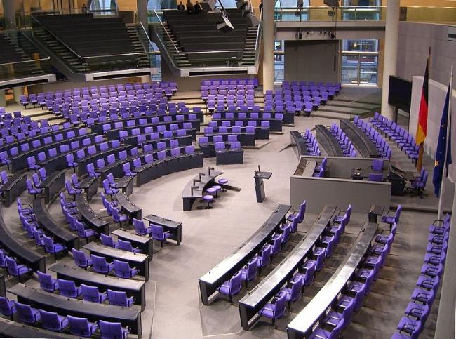 Зал заседаний германского Бундестага в здании Рейхстага. Фото: Times via Wikimedia Commons. Лицензия  GNU Free Documentation License, Version 1.2