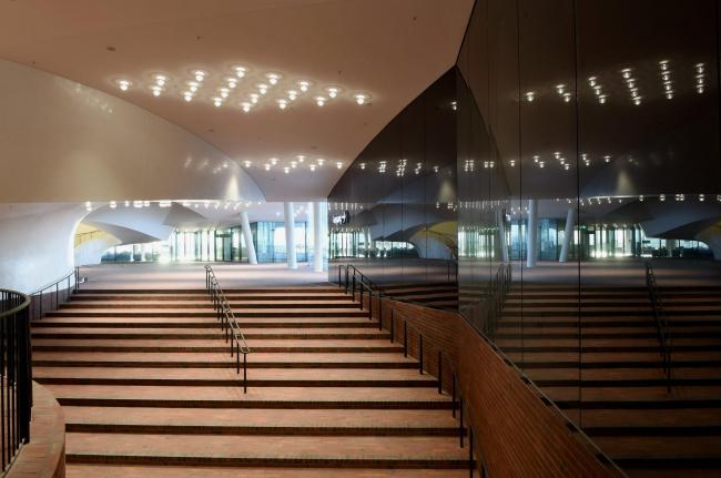Здание Гамбургской филармонии Elbphilarmonie. Плаза. Фото © Michael Zapf