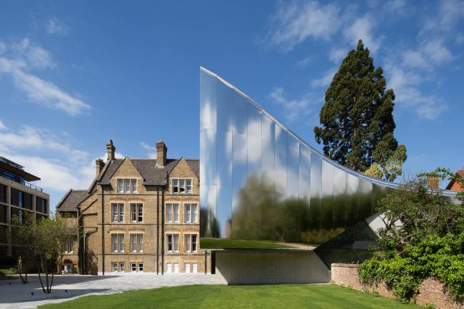 Корпус Investcorp Центра Ближнего Востока Колледжа Сент-Энтони Оксфордского университета.  Zaha Hadid Architects. Изображение предоставлено WAF
