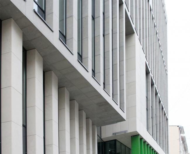 Деловой центр на улице Красина; вход и фрагмент консоли перед ним. ТПО «Резерв», реализация, 2016. Фотография © Юлия Тарабарина, Архи.ру
