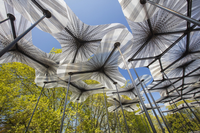 Временный павильон из углеродного волокна MPavilion в Мельбурне (проект AL_A). 2015 © John Gollings