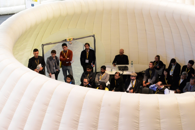 Легкие конструкции давали небольшую защиту от шума окружающей выставки и ощущение приватности посреди многочисленной аудитории фестиваля © WAF 2016