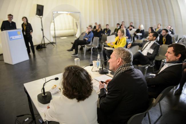 Формально, презентация демонстрировалась и адресовалась исключительно жюри, состоявшему из 3-4 человек. Зрители не могли ни участвовать в обсуждении, ни задавать вопросы по проекту © WAF 2016