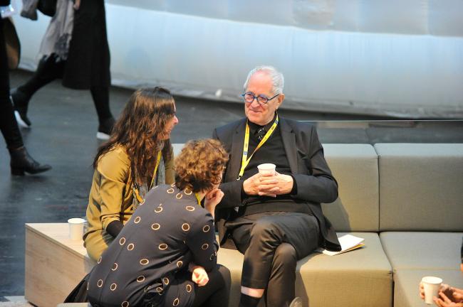 Например, сэра Питера Кука с удовольствием болтающего с молодежью © WAF 2016