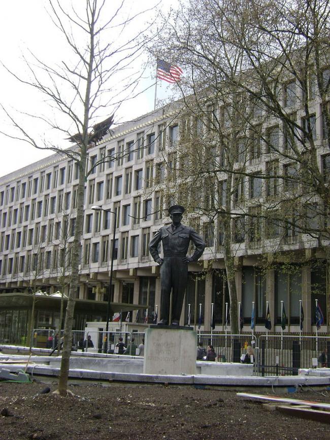 Посольство США с памятником Дуайту Эйзенхауэру. 2008 год. Фото: Zzztriple2000 via Wikimedia Commons. Фото – общественное достояние