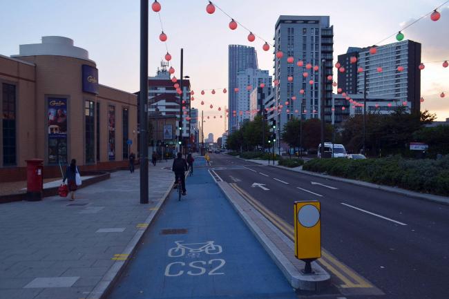 Одна из трасс Cycle Superhighways (CS2) в районе Лондона Стратфорде. Автор: Cmglee. Лицензия CC BY-SA 3.0