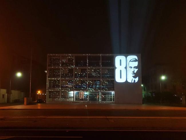 Иллюминация в честь 80-летия Каза-дель-Фашо на его фасаде © Ebe Dzanotti