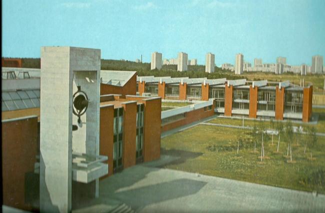 Главный вход и спортивный блок. 1975 г. Фото © Б. Фабрицкий, И. Шмелев