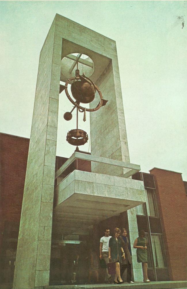 Входной портал и часы. 1975 г. Фото © Б. Фабрицкий, И. Шмелев
