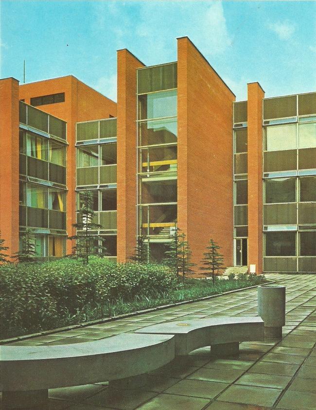 Дворик учебного корпуса. 1975 г. Фото © Б. Фабрицкий, И. Шмелев
