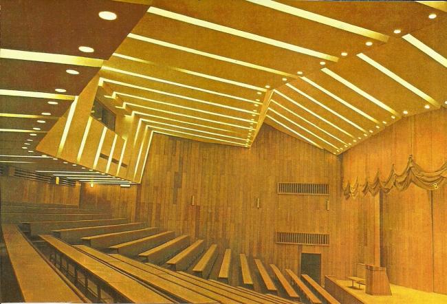 Актовый зал со скамьями. 1975 г. Фото © Б. Фабрицкий, И. Шмелев
