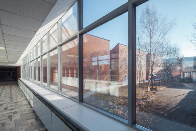 Переход в учебный корпус. За стеклом объемы аудиторий. 2015 г. Фото © Денис Есаков