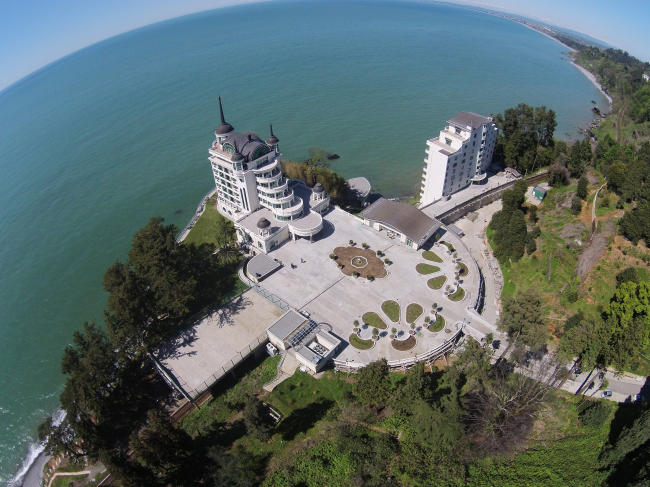 Панорама комплекса Castello Mare Hotel & Wellness Resort со стороны берега, постройка, 2015 © Karapi LTD