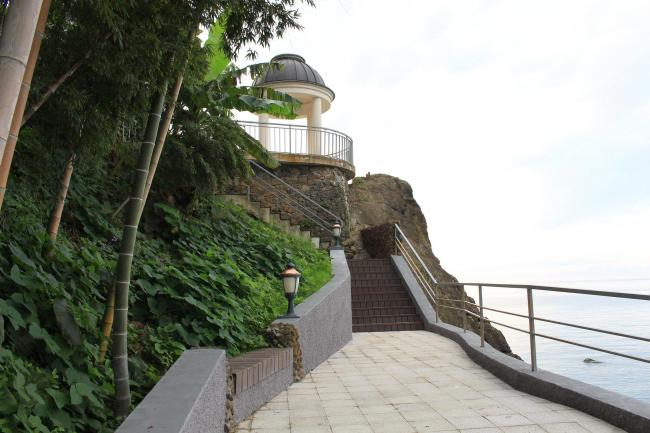 Castello Mare Hotel & Wellness Resort, беседка на скале, постройка, 2016 © Лев Нодельман
