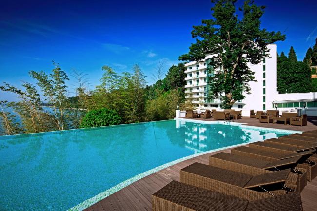 Castello Mare Hotel & Wellness Resort, открытый бассейн с морской водой на скале, постройка, 2016 © Karapi LTD