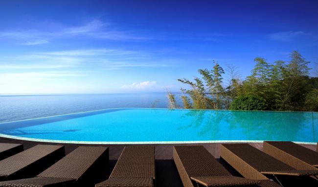 Castello Mare Hotel & Wellness Resort, открытый бассейн с морской водой на скале, постройка, 2016 © Лев Нодельман