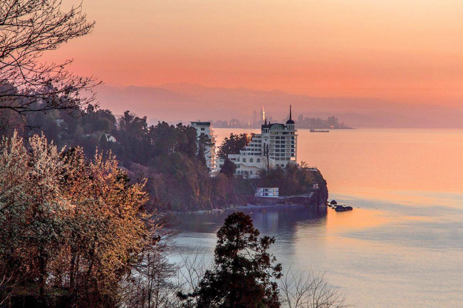 Castello Mare Hotel & Wellness Resort, вид на скалу Цихисдзири со стороны Кобулети,   постройка, 2016 © Алена Буслаева / Alona Buslaeva Photography