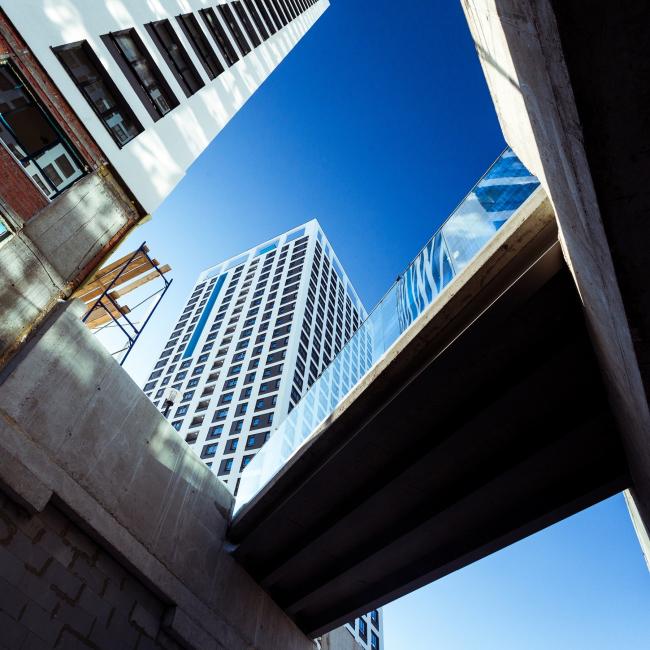 Вид с лестницы, разрезающей стилобат © фотограф Максим Лоскутов