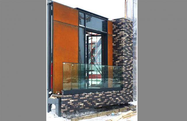 Натурный образец фасада лота №1, установленный сейчас на стройке. Жилой комплекс «Полуостров Зил» © Сергей Скуратов ARCHITECTS