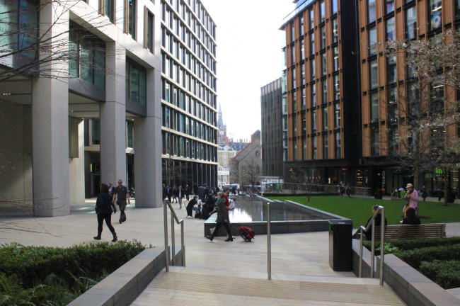 Кингс-Кросс: общественное пространства между офисных зданий. Фото Марины Игнатушко