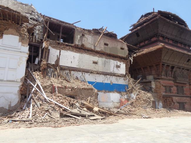 Поврежденное выставочное крыло Трибхуван и обрушившаяся девятиэтажная башня одного из дворцов на площади Дурбар (г. Катманду) © Kai Weise