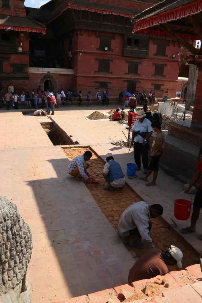 Городская археология. Раскопки траншеи на площади Дурбар в г. Лалитпур © Kai Weise