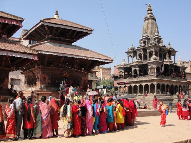 Люди выстраились в очередь, чтобы помолиться в храме Чар Нараян на площади Дурбар в г. Лалитпур. © Kai Weise