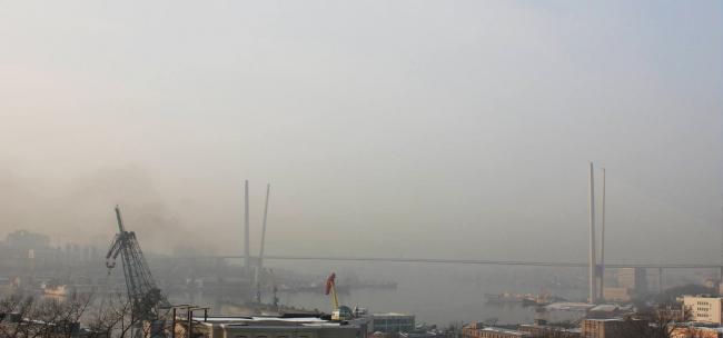 Центр Владивостока, Золотой мост в очень редкую для города штилевую погоду. Спасают город только постоянные муссонные ветра. Фотография предоставлена Павлом Казанцевым