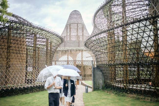 Открытие бамбуковой биеннале. Бамбуковые постройки Анны Херингер © Julien Lanoo