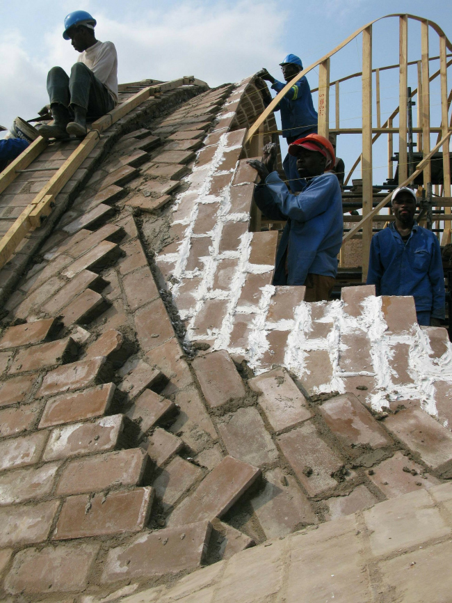 В процессе строительства Mapungubwe Interpretation Center. Проект Peter Rich Architects