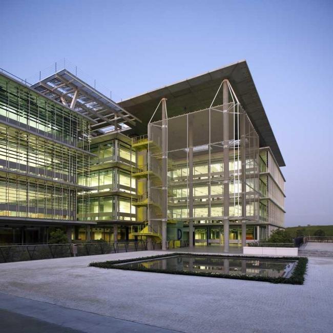 Комплекс Campus Palmas Altas - штаб-квартира компании Abengoa. Фото © Mark Bentley
