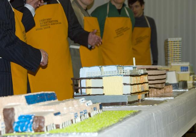 В этом году лауреатами Рейтинга архитектуры Нижнего Новгорода стали 7 объектов. Торты в виде победивших зданий образовали целую улицу