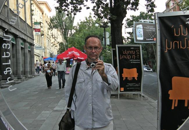 Андрей Иванов. Автопортрет на ул. Абовяна в Ереване, 2011
