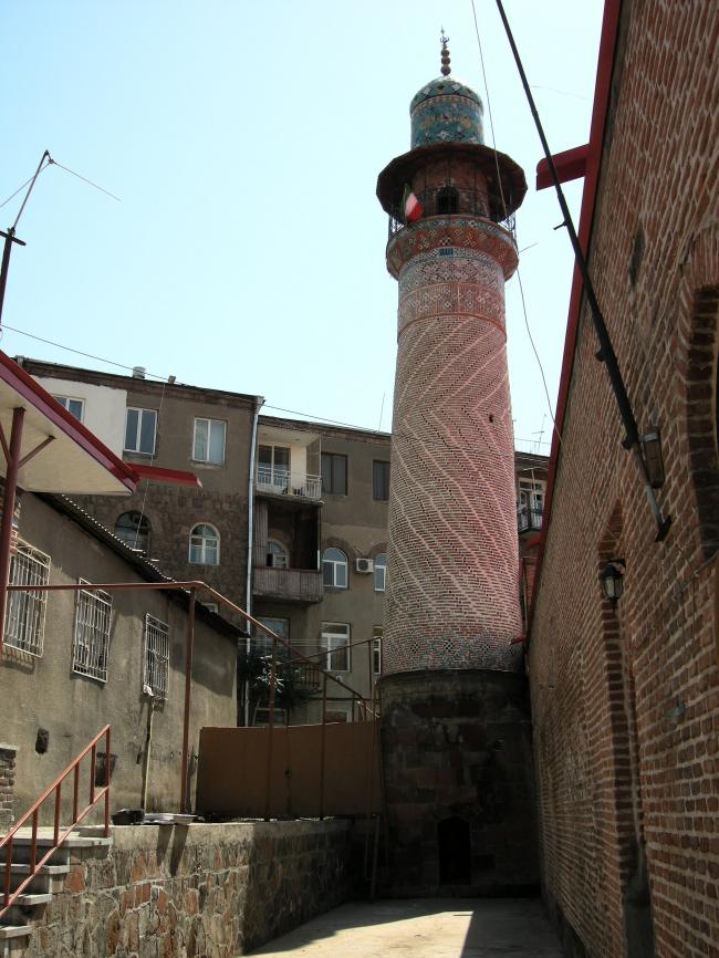 Минарет Гей-мечети (1760-1768) и окружающая застройка. Фото автора, 2011