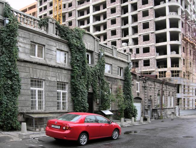 Дома братьев Мнацаканянов к. XIX в. на ул. Кохбаци и новая застройка ул. Бузанда. Фото автора, 2011