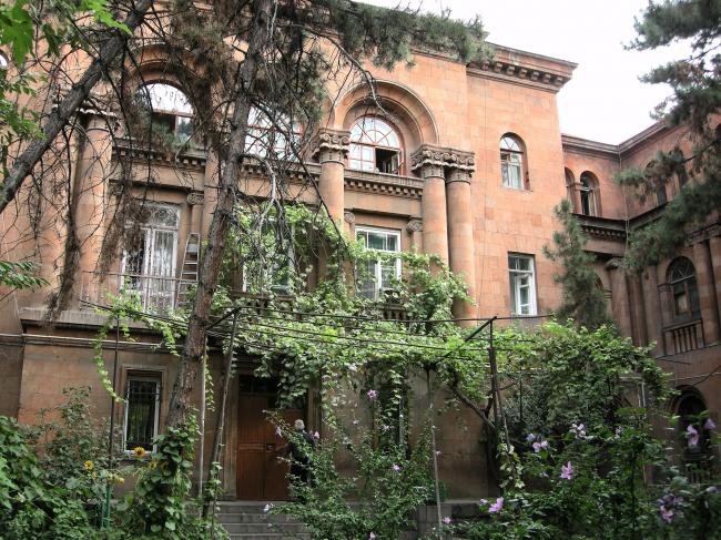 Жилой двор на пр. Баграмяна. Фото автора, 2011