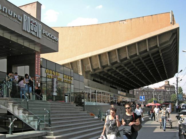 Кинотеатр «Россия» – ныне торговый центр Rossia Mall (арх. А. Тарханян, Г. Погосян, С.Хачикян, 1975). Фото автора, 2011