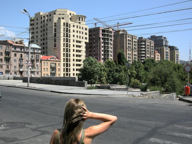 Новый жилой комплекс на ул. Арама. Вид с ул. Сарьяна. Фото автора, 2011