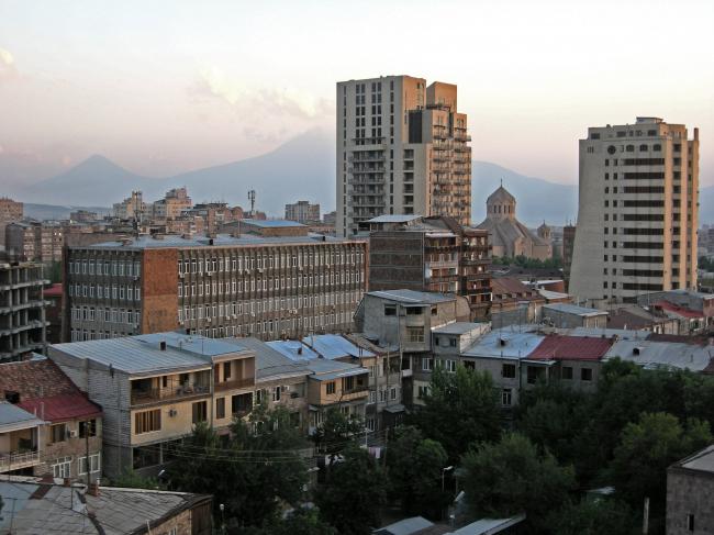«Верхние» слои Еревана: застройка 1950-60-х, 1970-х, 2000-х. И Арарат. Фото автора, 2011
