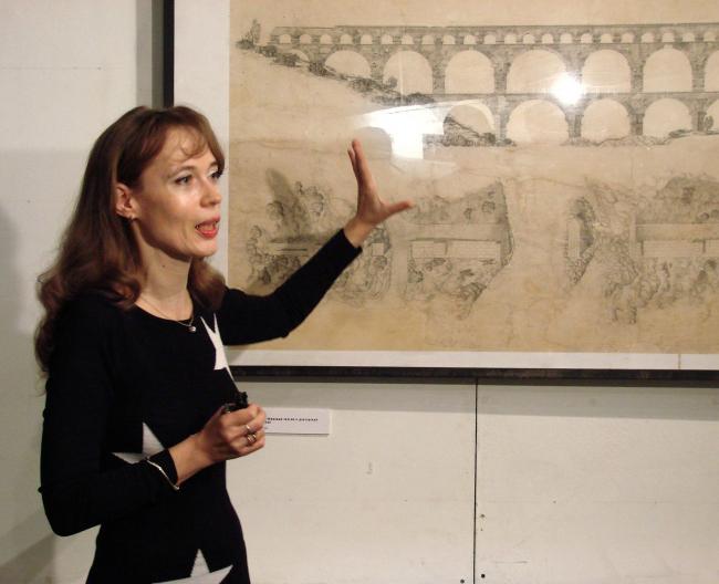 Внучка архитектора и издатель его монографии Мария Шубина показывает журналистам чертеж Гардского моста, исполненный И.С. Николаевым для докторской диссертации.